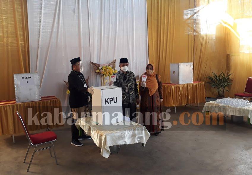 Bupati Malang HM Sanusi bersama istri menggunakan hak suara di TPS 12 Gondanglegi Kulon